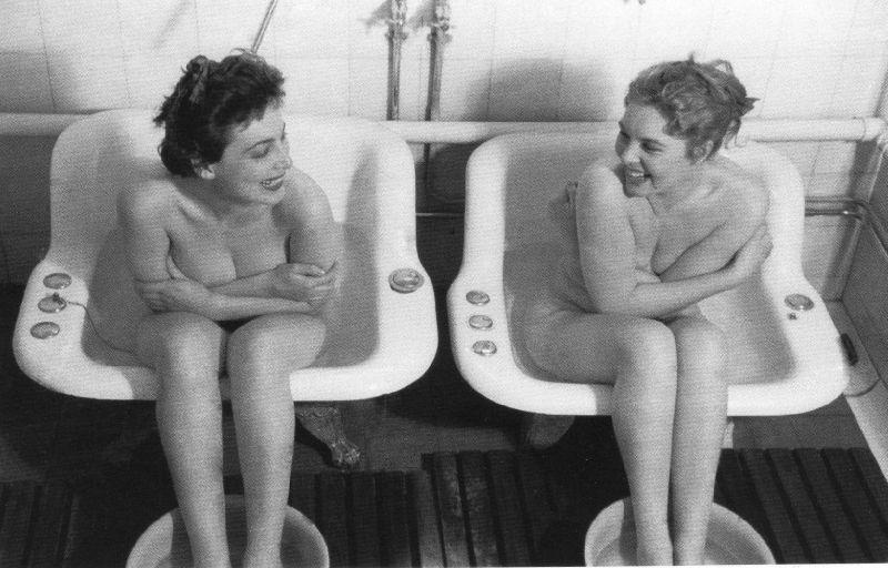 deux femmes qui prennent un bain de siège
